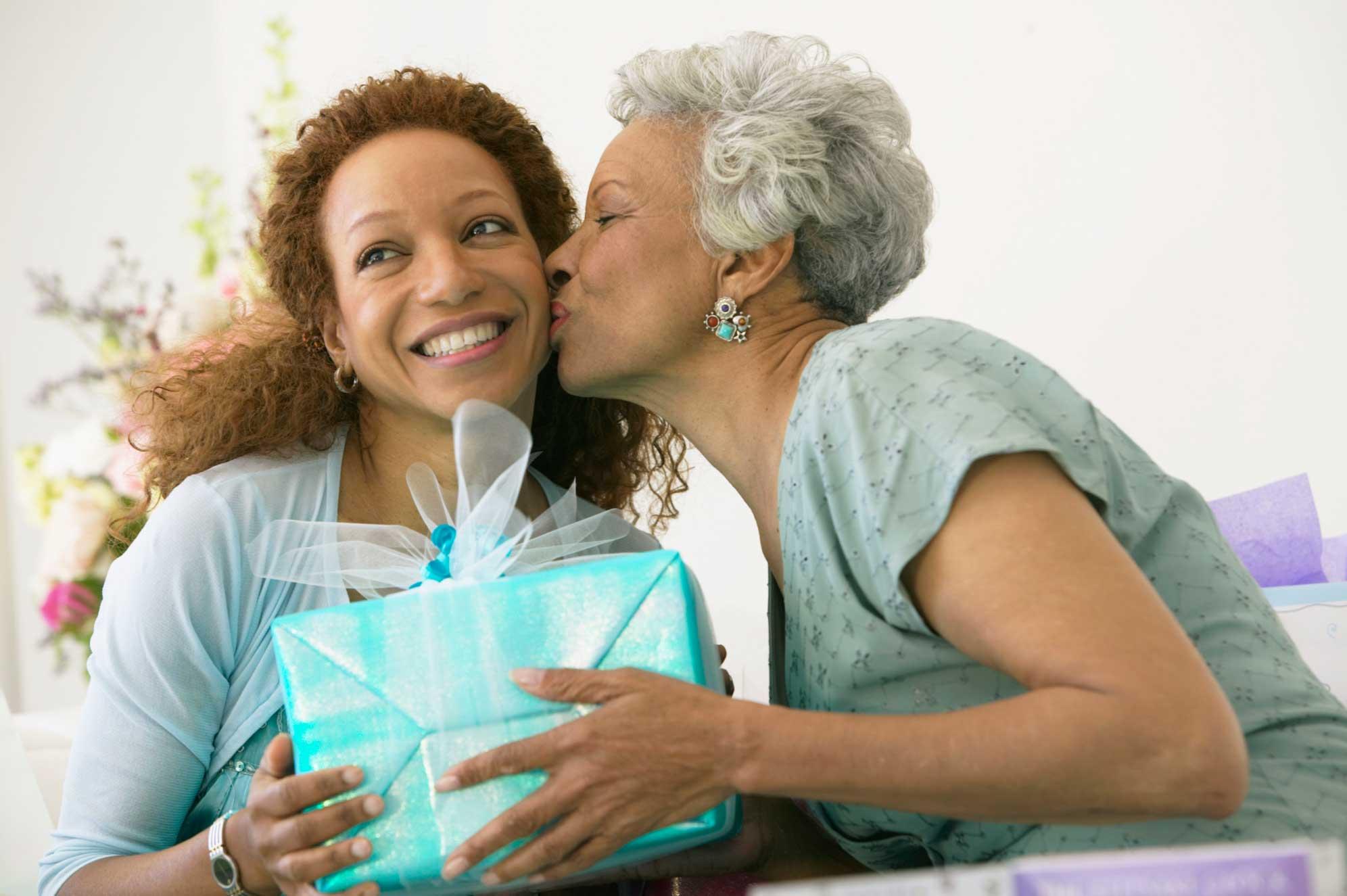 hija dando regalo a la madre